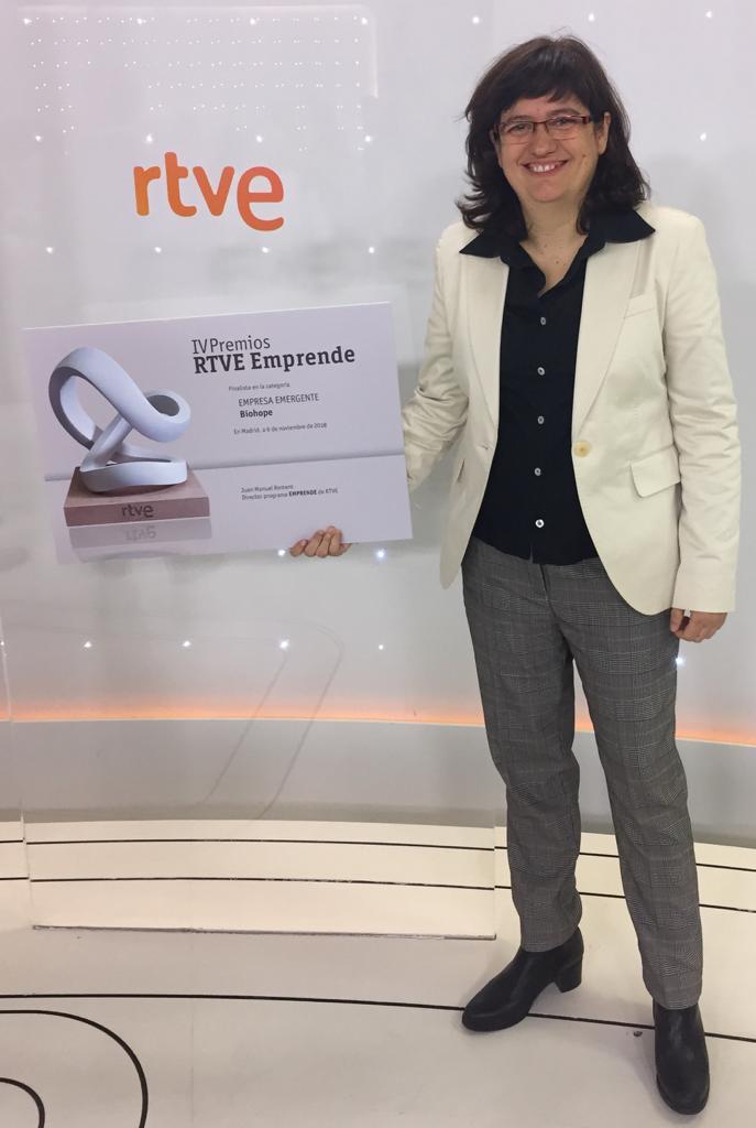 Isabel Portero recogiendo el diploma de finalista Premios Emprende