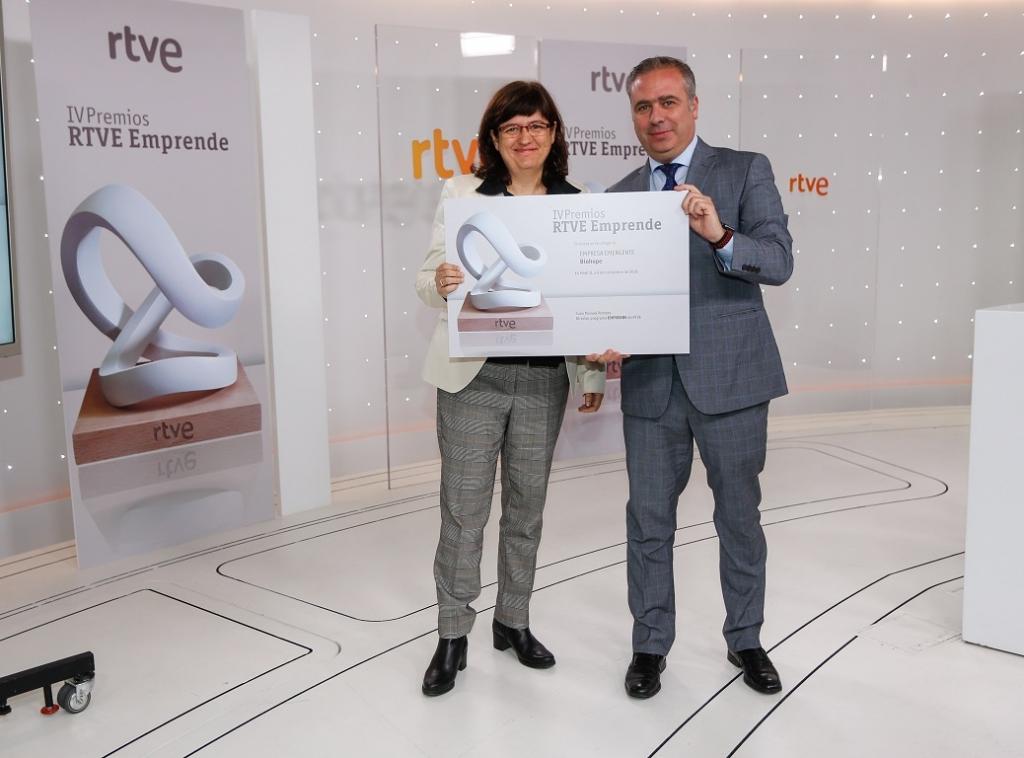 Isabel Portero, CEO de Biohope, con el diploma de finalista de los premios Emprende